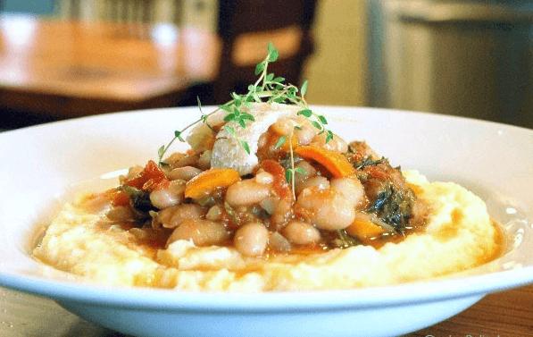 O Feijão rajado com polenta é um prato de fácil preparo, com ingredientes simples, que fazem uma maravilhosa combinação para dias mais frios.
