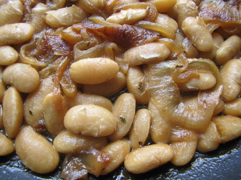 Feijão soznho já é tudo de bom, acompanhado por cebola e bacon fica um sonho, essa receita simples e gostosa vai alegrar seus dias ou noites.