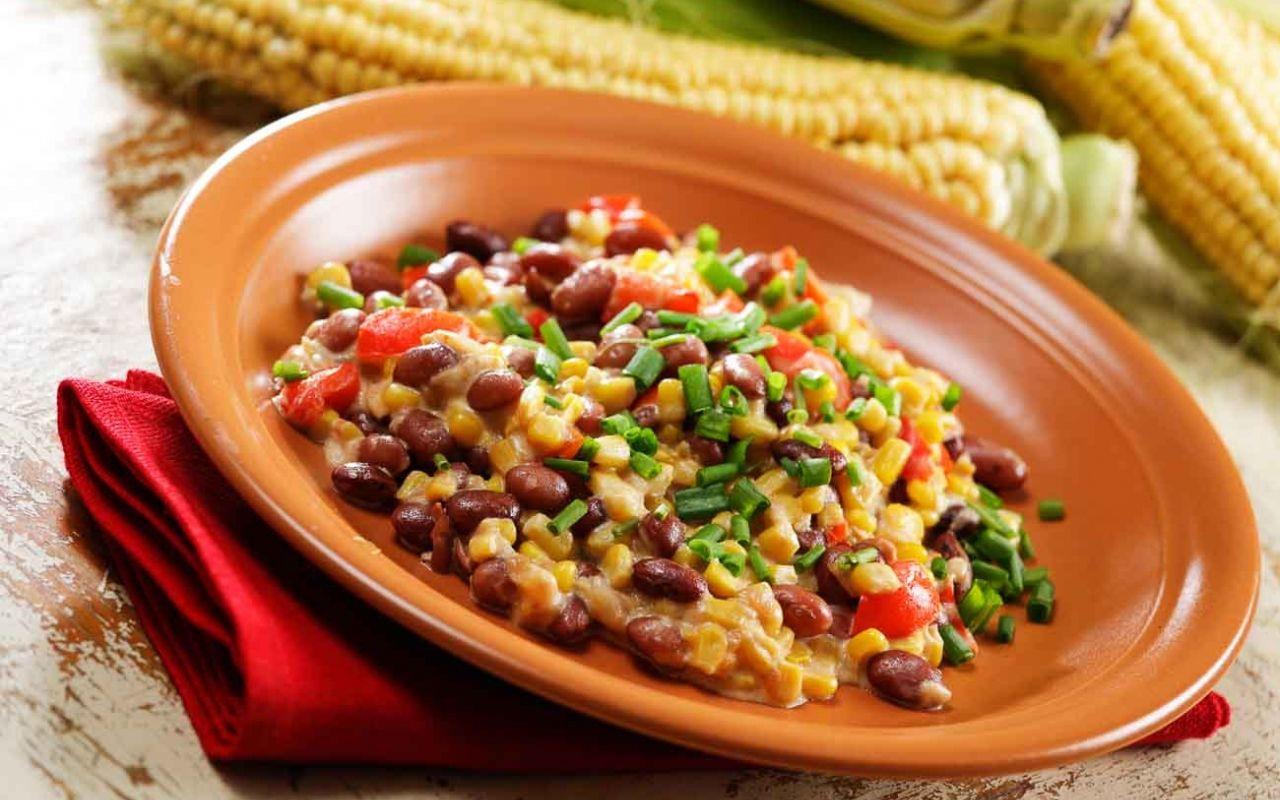 Feijão afogado com milho, um prato que vai te trazer de volta aquele jeito simples do campo. Com certeza esse prato vai te fazer lembrar da simplicidade.