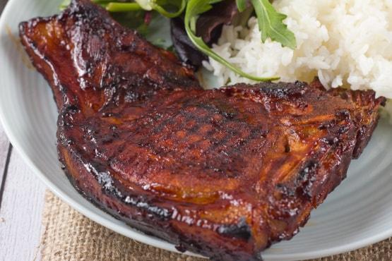 Uma costeleta de porco refere-se a qualquer um dos cortes do porco perpendicular à coluna vertebral. Alguns cortes de costeletas de porco podem ser ricos em gordura saturada e calorias, mas um corte magro, como um lombo ou costeleta de lombo, é a base para uma refeição saudável.