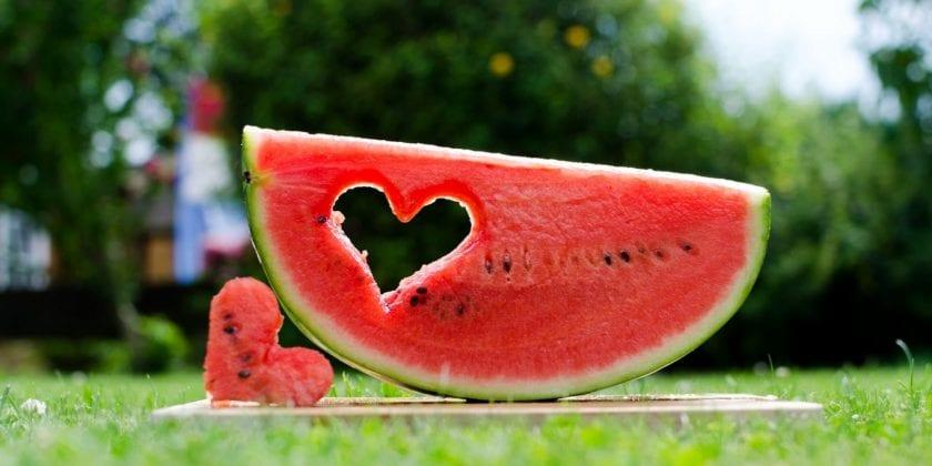 Os benefícios da melancia à saúde incluem prevenção de desordens renais, de pressão alta, câncer, diabetes, doenças cardíacas, insolação, degeneração muscular e impotência.