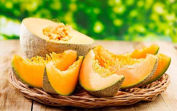 O melão cantaloupe é uma deliciosa fruta possuinte de uma grande variedade de benefícios à saúde, incluindo fortificação do sistema imune, garantia de pele e olhos saudáveis, redução das chances de câncer, prevenção de artrite, diminuição dos níveis de estresse e melhor controle da diabetes.