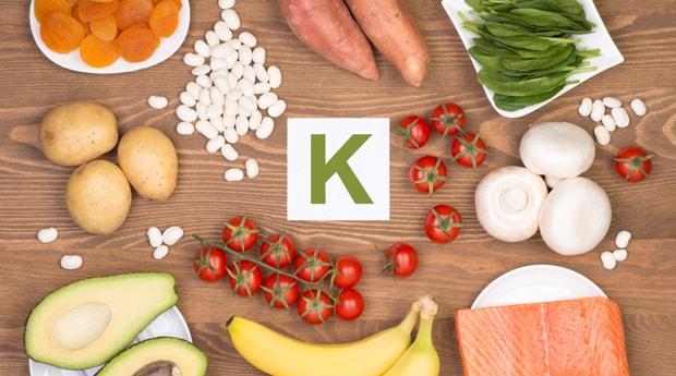 Os principais culpados pelos baixos níveis de potássio são exercícios cardiovasculares sem hidratação adequada, vômito, diarréia e dieta pobre em frutas e vegetais. Outras causas de níveis inadequados do mineral incluem baixa função renal, pH sanguíneo e hormônios.