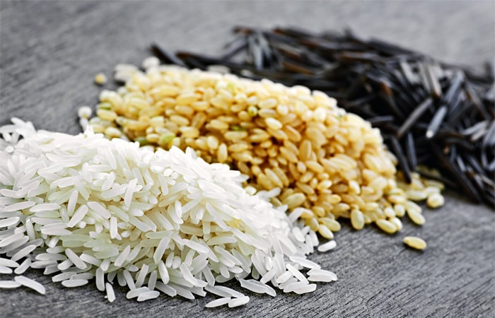 Os benefícios do arroz incluem sua habilidade de fornecer energia de forma rápida, regular e melhorar os movimentos do intestino, estabilizar os níveis de açúcar no sangue e retardar o processo de envelhecimento, enquanto é também uma fonte essencial de Vitamina B1 para o corpo humano.