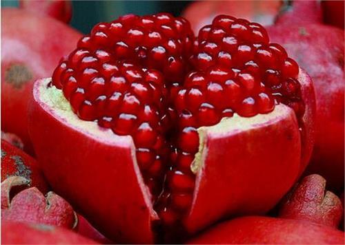 Romãs possuem propriedades antioxidantes, anti-virais e anti-tumor e são ótimas fontes de vitaminas, em especial, de Vitamina A, C e E, assim como de ácido fólico. Essa fruta contêm três vezes mais antioxidantes que o vinho ou o chá verde.