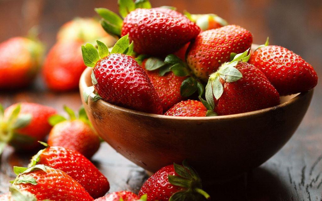 Os benefícios do morango incluem melhor saúde ocular, funcionamento cerebral adequado, alívio da hipertensão, artrite, gota e várias doenças cardiovasculares.