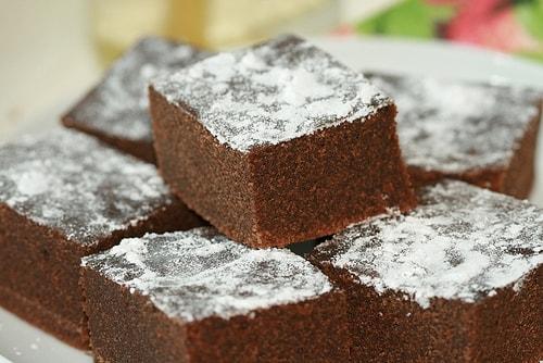 O bolo de cacau da Zezé é uma receita simples para quem não está muito a fim de perder tempo na cozinha, mas mesmo assim quer comer uma coisa gostosa.