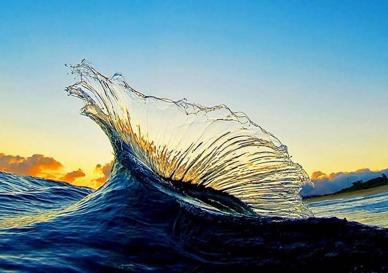 Água: esta é a vida, passando suavemente de um estado para outro. Como ela, as pessoas com o elemento predominante de Água, têm um caráter flexível e gentil.