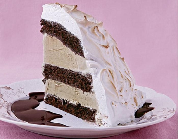 Bolo de chocolate com merengue e sorvete, esse bolo é uma receita simples que agrada a todos os gostos, sensacional para dias de sol na praia.