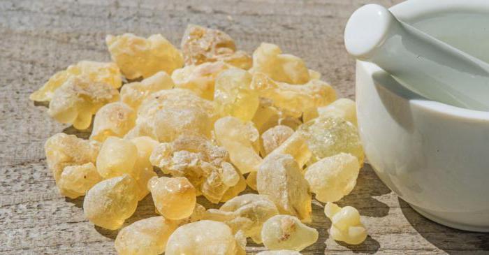 Os benefícios do óleo essencial de incenso podem ser atribuídos à suas propriedades antissépticas, desinfetantes, adstringentes, carminativas, cicatrizantes, digestivas, diuréticas, emenagogas, expectorantes, sedativas, tônicas, uterinas, curativas, entre outras.
