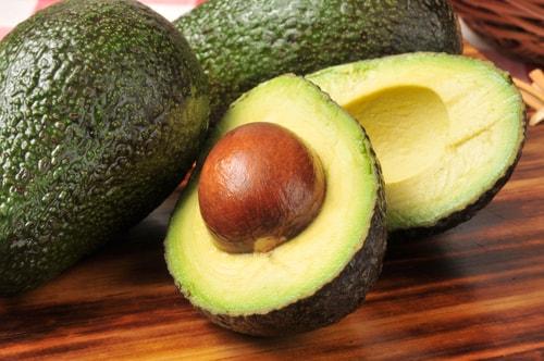 Abacates são membros da família Lauraceae juntamente com os loureiros. Também incluidos na família estão as plantas que produzem cânfora comestível, sassafrás e canela.