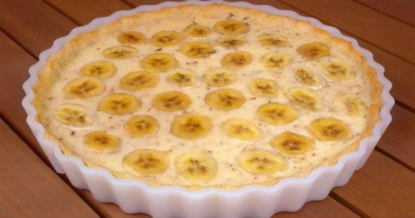 Corte três ou quatro bananas em pedaços de cerca de 1 cm, ligeiramente inclinados. Começando pelas bordas da torta, arrange os pedaços de banana em círculos
