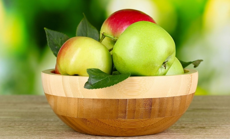 Os benefícios da maçã para a saúde incluem melhor digestão, prevenção de desordens estomacais, de pedra na vesícula biliar, constipações, enfermidades relacionadas ao fígado, anemia, diabetes, doenças cardíacas, reumatismo, desordens oculares, variedade de cancros e gota.
