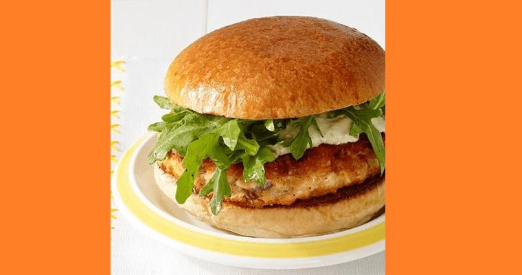 Toda criança gosta de sanduiches e embora muitos digam que eles não são saudáveis isso não precisa ser necessariamente verdade, uma receita equilibrada pode dar a seu filho a alegria de comer um hamburger sem perder de vista o valor nutricional do prato.