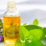 13 incríveis benefícios do óleo essencial de Melissa