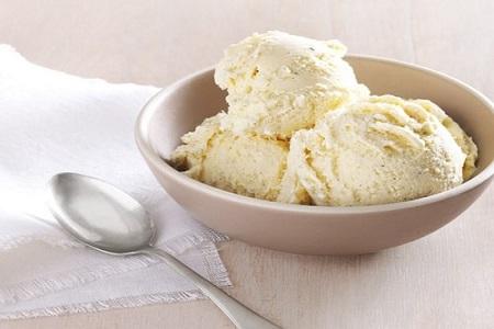 Essa deliciosa receita de sorvete de baunilha possui toda a riqueza de sabor de outras, com a vantagem de levar apenas 10 minutos de trabalho!
