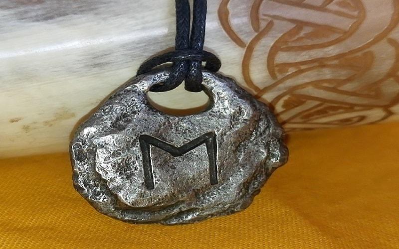Ehwaz, a runa das dimensões. O movimento do progresso. A energia de Mercúrio. Esta runa é usada para mudar a fase de estagnação.