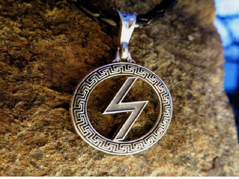 Sowelu, a runa de integridade. A energia do sol. A runa do resultado. Esclarece uma situação ambígua. Fala sobre a necessidade de alcançar a integridade.