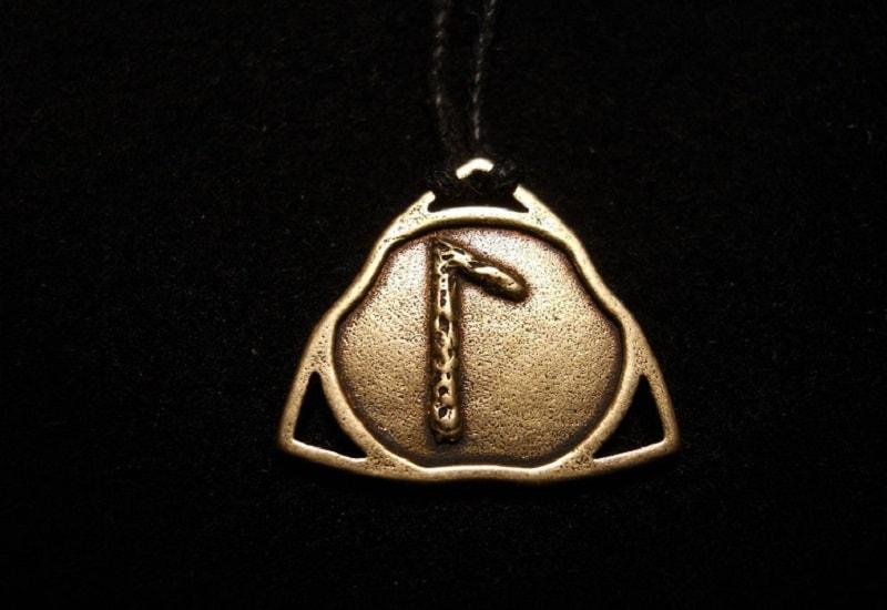 Runa laguz, uma runa complexa. A marca da energia de Mercúrio. Está associada ao chakra sahas-radala. É a runa da intuição.