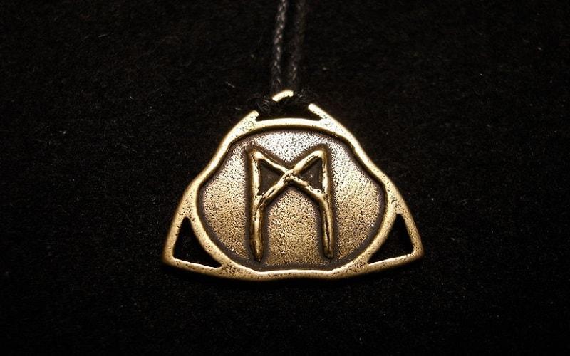 """Mannaz, a runa do seu próprio """"eu"""". A impressão da energia de Saturno. O conselho é ser humilde e sem extravagâncias. Este não é um momento para mudanças."""