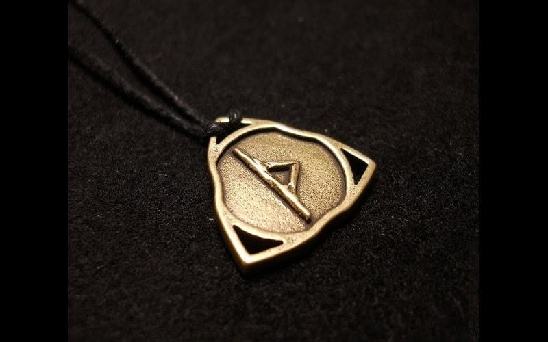 Runa Thurisaz, uma runa poderosa, mas pesada. A energia de Saturno. A cores são preto, roxo e roxo escuro. cores vibrantes e fortes.