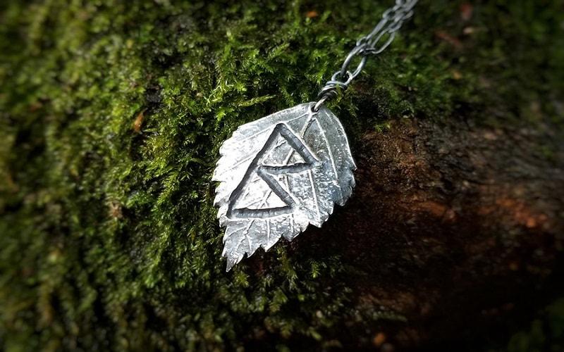 Runa Berkana do crescimento. O poder de Vênus. A runa do movimento fértil. Promove o nascimento e o renascimento. Essa runa indica uma boa saúde