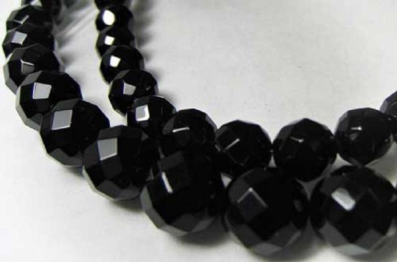 Desde os tempos antigos, as pessoas reconheciam a importância do ônix preto, mas estavam cautelosas com essa pedra poderosa