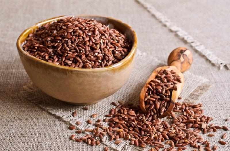 Os benefícios para a saúde do arroz integral incluem um melhor funcionamento do sistema cardiovascular, do sistema digestivo, do cérebro