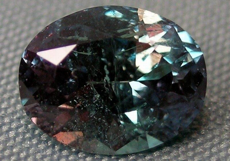 Alexandrita é um crisoberilo fantasticamente lindo, originalmente chamado de esmeralda roxa. A singularidade da pedra é a razão dessa confusão: