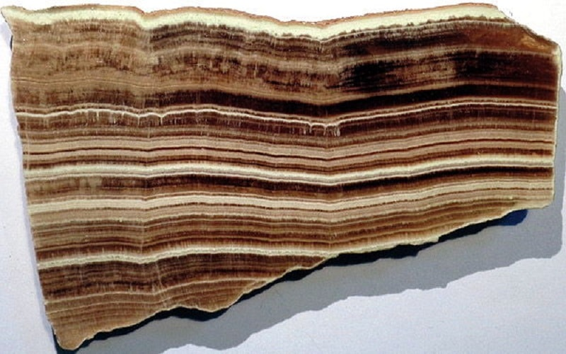 """O ônix de mármore deve seu nome a sua estrutura fibrosa: parece heterogêneo, como se fosse """"moldado"""" de tiras coloridas. Os pedaços são lindos."""