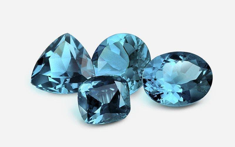 Desde antiguidade, pessoas usavam vários minerais como alas de família ou amuletos pessoais. Pedras preciosas eram procuradas por causa de sua naturalidade