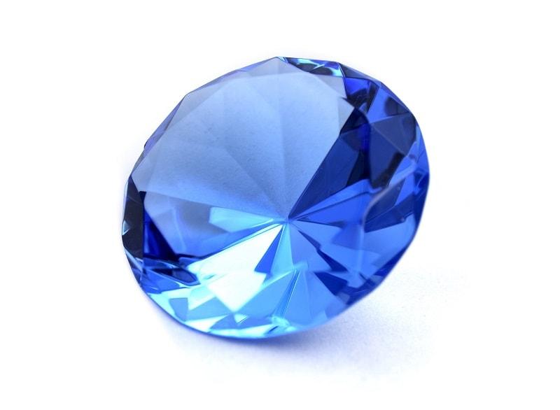 """Desde a antiguidade, todos os corindos (incluindo safira) eram chamados de """"pedras reais"""". Eles foram muito apreciados graças à sua beleza"""