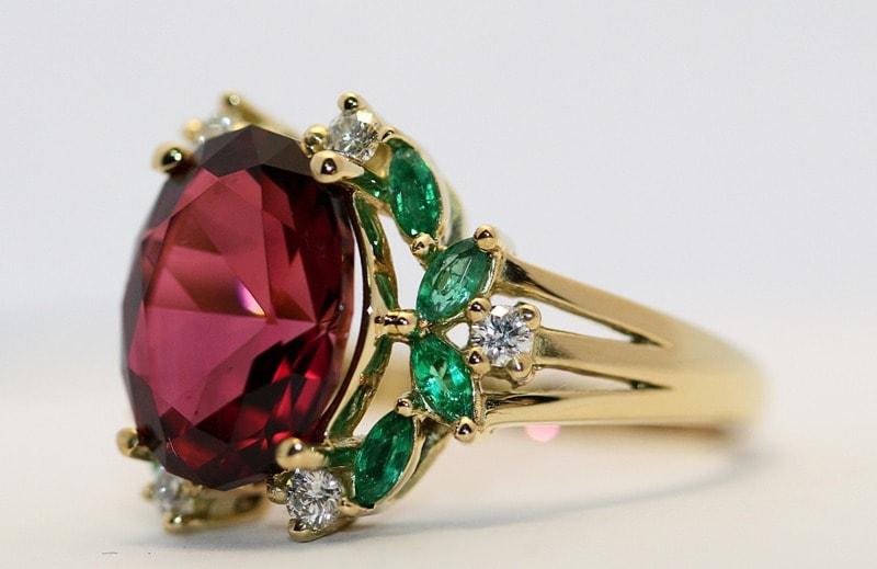 """Turmalina, o mineral multifacetado que é capaz de """"se disfarçar"""" como tanto um rubi vermelho-sangue como uma esmeralda saturada"""