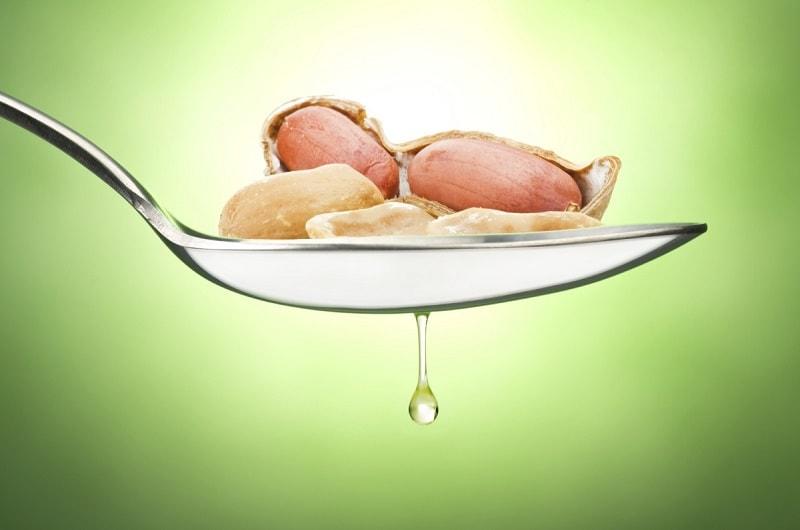 Os benefícios para a saúde do óleo de amendoim incluem cuidados com a pele, níveis mais baixos de colesterol, melhor saúde cardíaca e sistema nervoso.