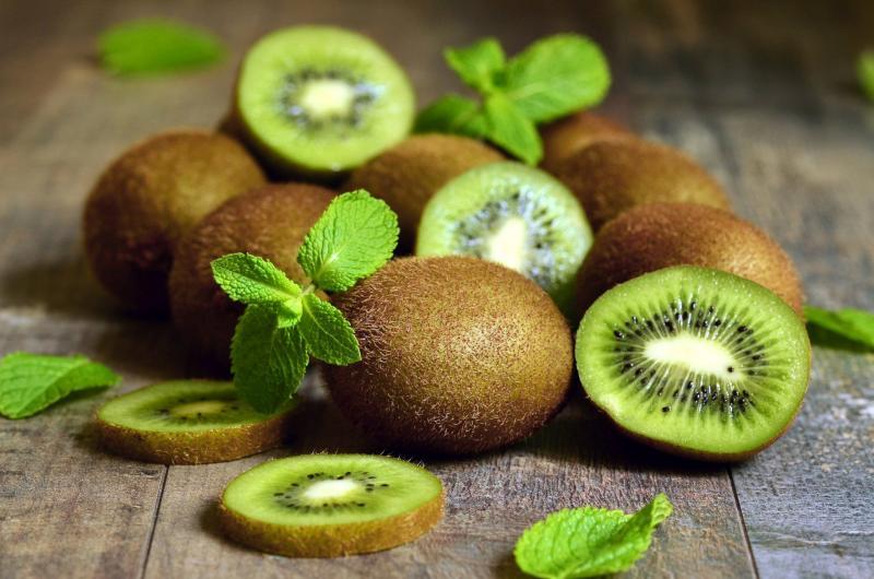 Benefícios para a saúde do kiwi incluem cuidados com a pele, melhor saúde cardiovascular, menor pressão arterial e prevenção de derrames.