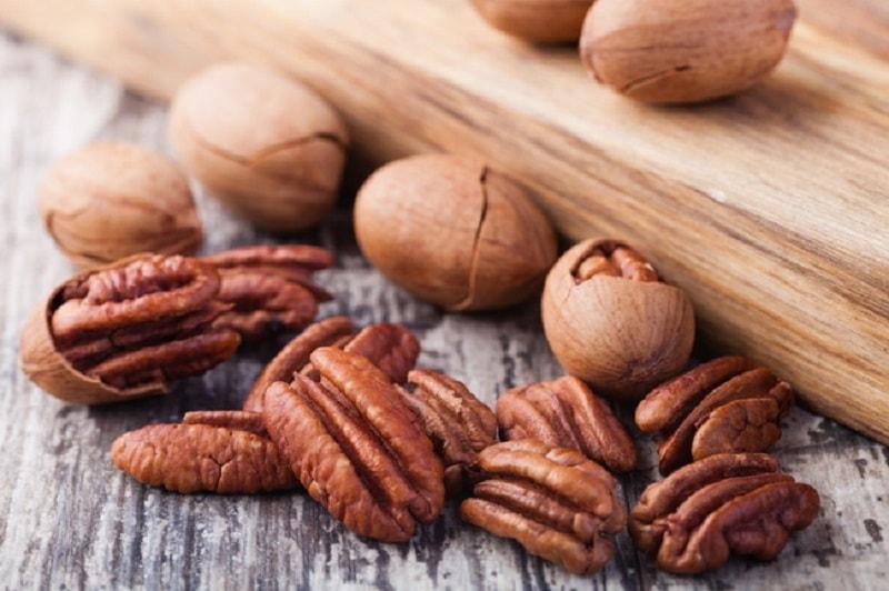 Benefícios para a saúde de nozes-pecã incluem redução do risco de níveis elevados de colesterol, e ainda auxilia no controle de diabetes
