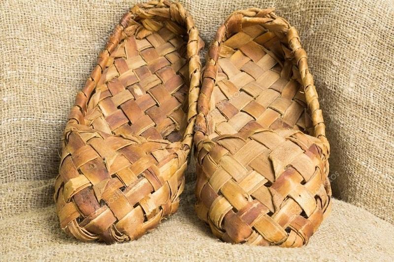Os camponeses na Rússia caminhavam descalços durante o verão. Embora muitos tivessem sapatos de bast (sapatos caseiros feitos com casca de vidoeiro)