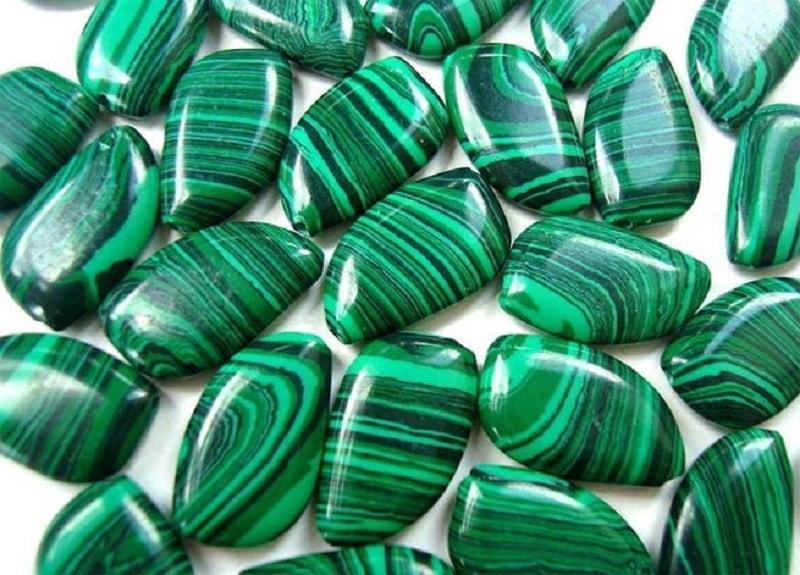 A pedra semipreciosa, de cor verde saturada, afeta pessoas de ambos os sexos de forma diferente. No entanto, é mais adequado aos mais frágeis,