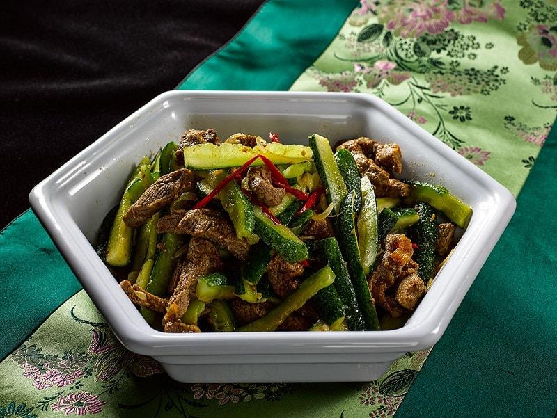 Neste artigo, ensinaremos como preparar uma deliciosa Salada de carne com pepino. Saladas de carne incluem múltiplas receitas que têm carne como base.