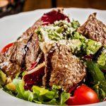Saladas com carne