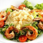 Como preparar uma deliciosa salada Caesar com camarão