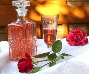 vinho pétalas rosas